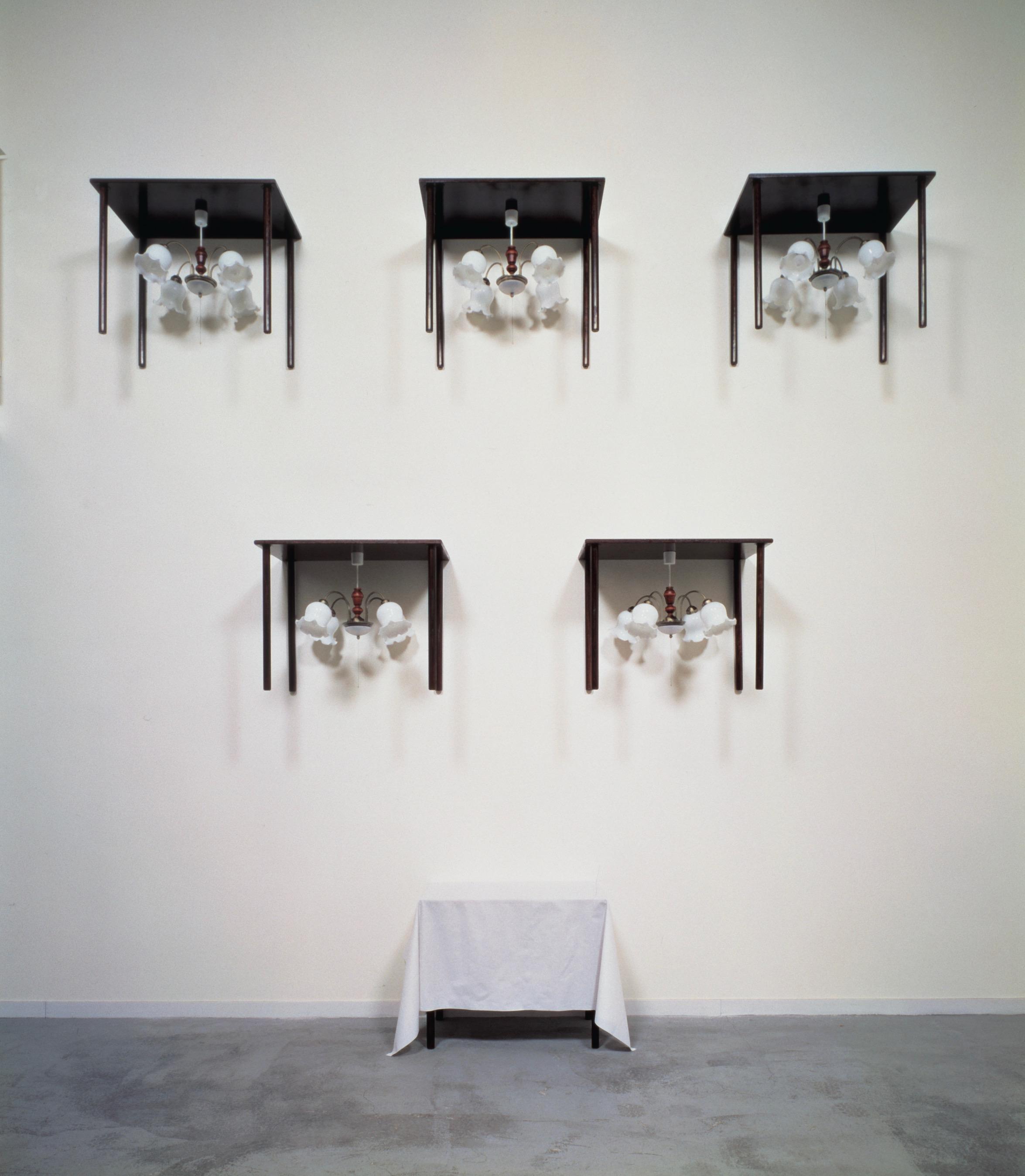 Six Tables  1992 木、照明器具、布 425×394×65 cm
