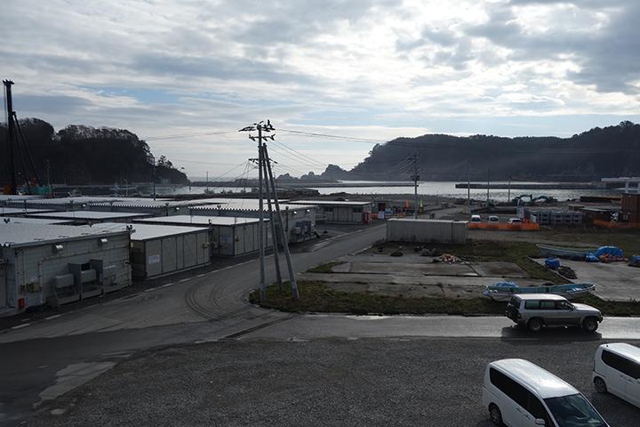 防潮堤の周辺の港