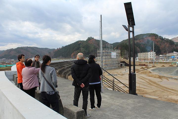 高屋敷吉蔵様と奥様に現在の宮古市田老町の防潮堤の様子、町の 復興状況をご案内していただきました。