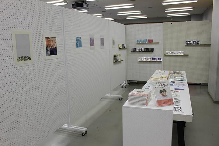 第5回「東日本大震災被災者支援チャリティー展」「女子美のボロ市」の様子 (女子美術大学相模原校舎 223教室、224教室前)